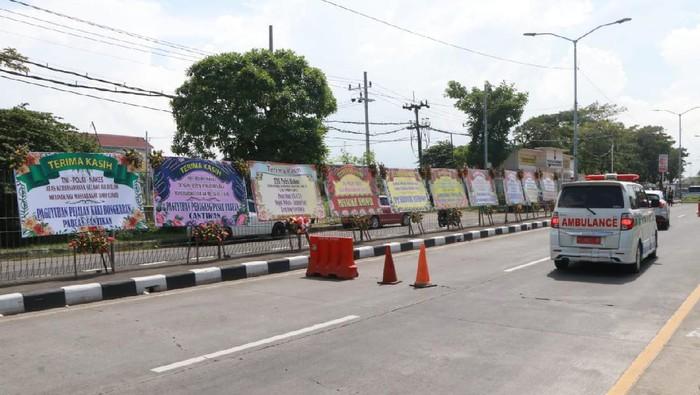 Karangan Bunga Dukungan Petugas Gabungan Tangani COVID-19 Bangkalan Hiasi Jembatan Suramadu