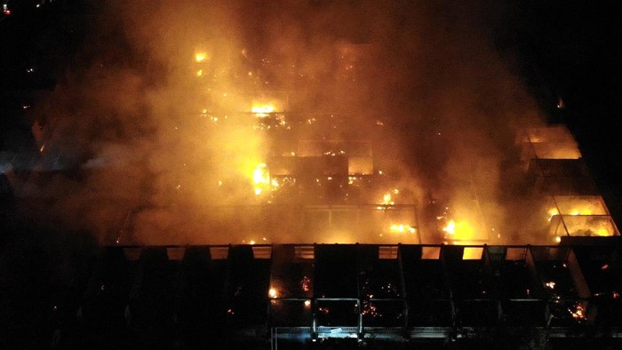 Petugas  berusaha memadamkan api yang membakar bangunan Pasar Umum Blahbatuh, Gianyar, Bali, Selasa (15/6/2021). Kebakaran itu menghanguskan ratusan lapak dan kios pedagang di pasar yang menjual berbagai kebutuhan pokok serta perlengkapan upacara keagamaan di Bali tersebut. ANTARA FOTO/Fikri Yusuf/nz
