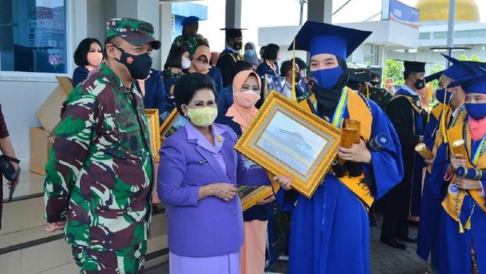 Ketua Umum Yayasan Ardhya Garini Nanny Hadi Tjahjanto (dua dari kiri) berfoto bersama salah satu alumnus usai acara wisuda siswa SMA Pradita Dirgantara (dok Dispenau)