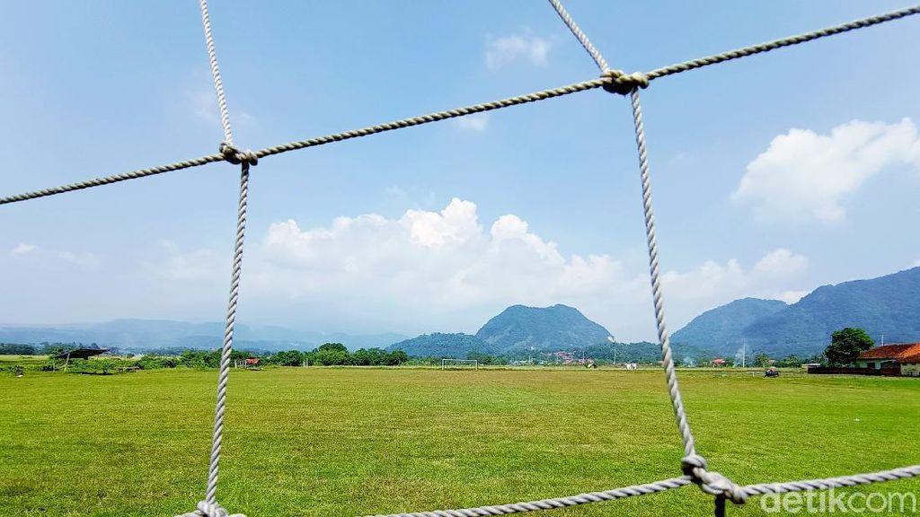 Lapangan Bola di Cirebon Ini Pemandangannya Menawan, Bikin Penasaran