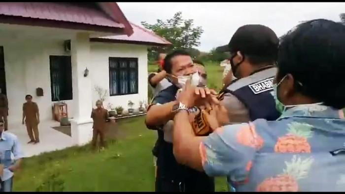 Mahasiswa polisikan oknum kades yang pukuli peserta demo di Sinjai, Sulsel