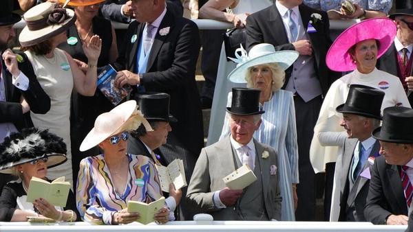Digelar rutin sejak ratusan tahun silam, para tamu undangan yang menghadiri Royal Ascot berasal dari kalangan elite, termasuk keluarga Kerajaan Inggris. Pada Royal Ascot tahun ini, Pangeran Charles dan sang istri Camilla tampak menghadiri ajang balap kuda legendaris tersebut. AP Photo/Alastair Grant.
