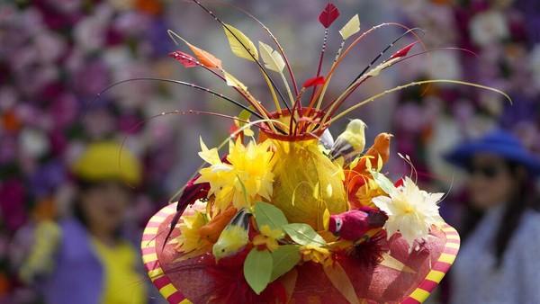 Seperti diketahui, sebagai salah satu kegiatan yang rutin dihadiri oleh keluarga kerajaan, para tamu undangan, khususnya perempuan diwajibkan mengenakan pakaian yang sopan dan memakai topi maupun headpieces berdasar lebar. AP Photo/Alastair Grant.