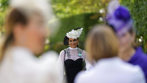 Ajang balap kuda yang berlangsung selama lima hari ini pun jadi salah satu kegiatan yang paling dinanti kalangan atas Inggris. Di acara tersebut mereka akan mengenakan pakaian dan aksesoris terbaik mereka untuk menghadiri Royal Ascot. AP Photo/Alastair Grant.