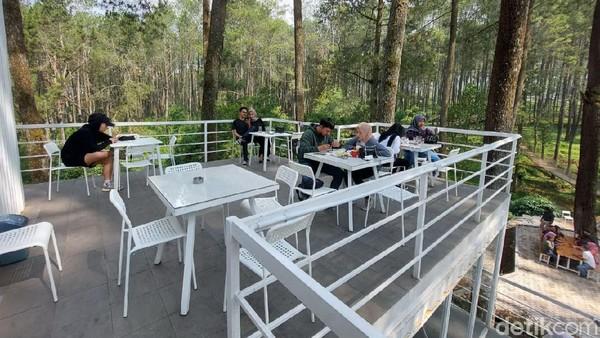 Selain menawarkan berbagai jenis minuman dan makanan, kafe ini juga menawarkan suasana alam, udara segar dan dingin.
