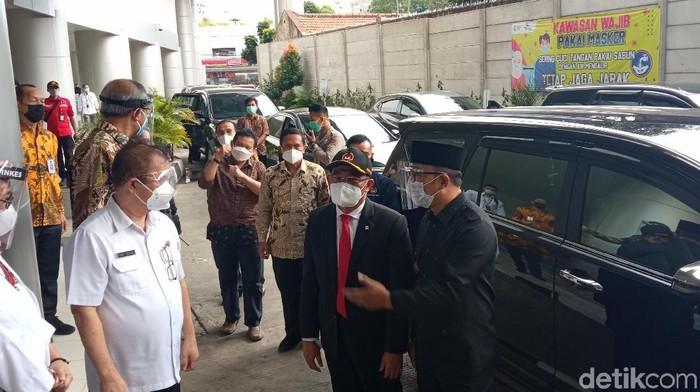Menko PMK Muhadji Effendy bersama Ridwan Kamil di RSKIA Bandung.