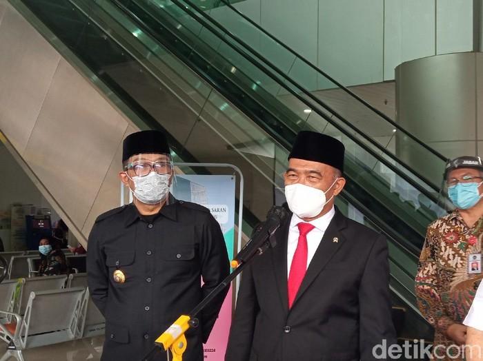 Menko PMK Muhadjir Effendy mengecek penanganan ibu hamil positif Corona di RSKIA Bandung
