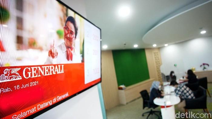 Tahun 2020, Generali Indonesia berhasil membukukan laba sebelum pajak sebesar Rp263,6 miliar. Ini juga merupakan rekor baru dan tertinggi sejak Generali beroperasi. Hadir Chief Executive Officer PT Asuransi  Jiwa Generali Indonesia (Generali Indonesia) Edy Tuhirman (tengah), berbincang dengan Chief Agency Officer, Sastradinata (kiri), dan  Chief Legal & Compliance, Arry B Wibowo sebelum memberikan penjelasan mengenai kinerja Generali Indonesia di Jakarta, Rabu (16/6).