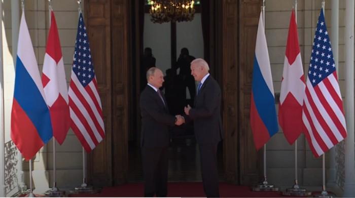 Presiden AS Joe Biden dan Presiden Rusia Vladimir Putin saling bertemu dan disambut Presiden Swiss, Guy Parmelin. Sebelum melakukan pertemuan kecil secara tertutup, Bidan dan Putin menyempatkan diri berjabat tangan.