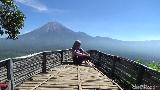 Foto: Terbang Melayang Naik Paralayang di Gunung Wayang