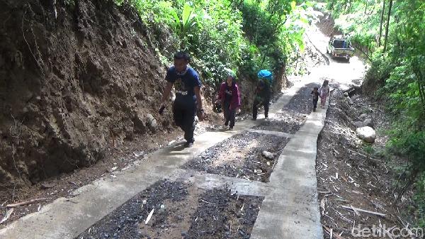Gunung Wayang terletak di desa Sumber Wuluh, Kecamatan Candipuro, Lumajang, Jawa Timur. Untuk menuju wisata gunung Wayang, pengunjung harus menempuh jarak sekitar 15 km dari pusat kota Lumajang menggunakan kendaraan roda dua maupun roda empat.
