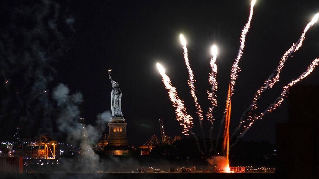 Pembatasan Dicabut, Warga New York Pesta Kembang Api