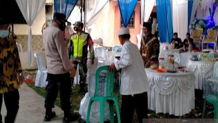 Pesta pernikahan di Bekasi dibubarkan (Antara Foto)
