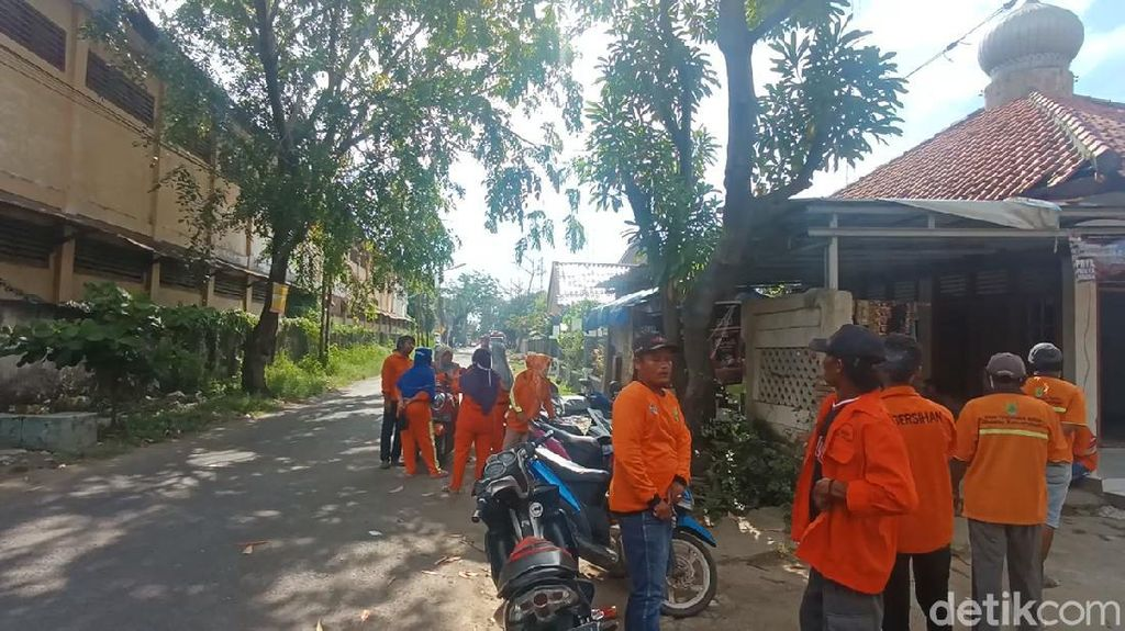 Tuntut Naik Upah, Pasukan Oranye Mogok Angkut Sampah di Karawang