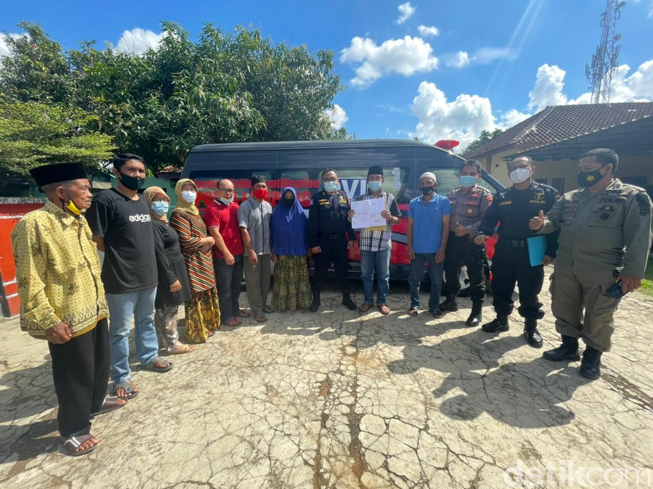 Polisi menyampaikan hasil tes DNA kepada keluarga Bharaka Asep di Lampung (dok Polda Lampung)