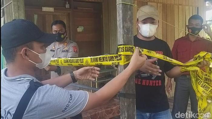 Polisi olah TKP rumah AK, pelaku pembunuhan istri-anak di Kaltim