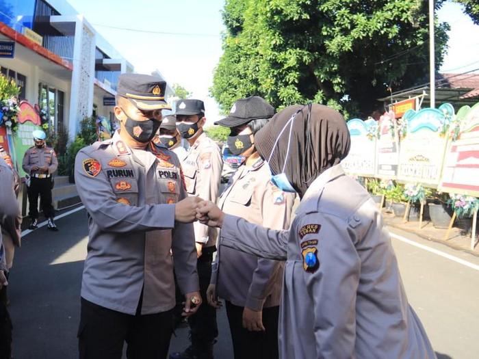 AKBP Ruruh Wicaksono akan menanggalkan jabatannya sebagai Kapolres Tuban. Ia akan digantikan oleh AKBP Darman, yang sebelumnya menjabat Kapolres Sumenep.