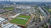 Potret Pengangkatan Rangka Atap Jakarta International Stadium