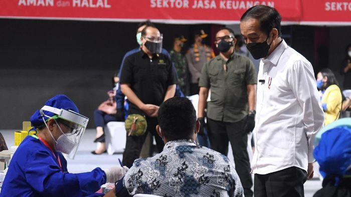 Presiden Joko Widodo (kedua kanan) didampingi Ketua Dewan Komisioner OJK Wimboh Santoso (ketiga kanan) dan Menteri Keuangan Sri Mulyani (kanan) meninjau pelaksanaan vaksinasi massal pelaku jasa keuangan di Tenis Indoor Senayan Jakarta, Rabu (16/6/2021). Pemerintah menyediakan 100 ribu dosis vaksin COVID-19 untuk sektor jasa keuangan dan tahap awal akan diberikan kepada 10.000 pelaku sektor jasa keuangan di Jakarta dan 1.000 pelaku industri jasa keuangan di sepuluh kota Kantor Regional dan Kantor OJK di daerah. ANTARA FOTO/HO/Setpres-Lukas/wpa/hp.