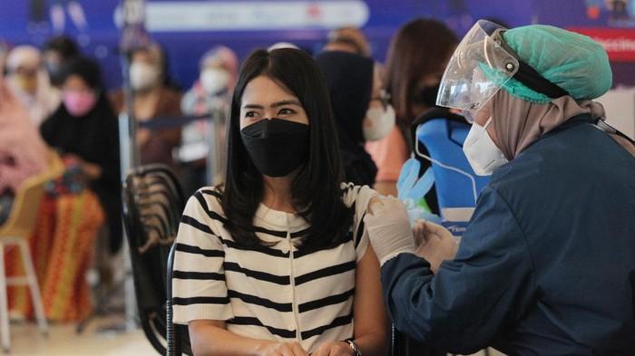 Karyawan  mendapatkan vaksin COVID-19 dalam acara Program Vaksinasi Gotong Royong untuk karyawan dan keluarganya, di Jakarta, Rabu (16/6/2021).  XL Axiata terus melakukan vaksinasi kepada karyawannya dan saat ini sudah 75% karyawan XL Axiata telah mendapatkan vaksin. ANTARA FOTO/ Reno Esnir/hp. *** Local Caption ***