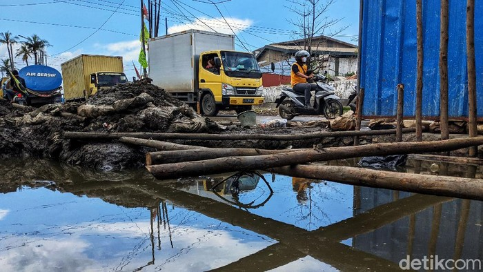 Proyek galian jaringan pipa air minum tengah dikerjakan di Jl Benda Raya, Kamal, Jakarta Utara, Rabu (16/6). Akibatnya terjadi penyempitan jalan yang menyebabkan kemacetan.