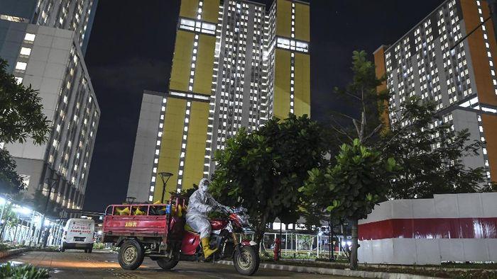 Seorang tenaga kesehatan membuang baju hazmat usai bertugas merawat pasien di Rumah Sakit Darurat COVID-19 (RSDC) Wisma Atlet Kemayoran, Jakarta, Selasa(15/6/2021). Menurut Koordinator RSDC Wisma Atlet Kemayoran Mayjen TNI Tugas Ratmono, pihaknya menambah jumlah kapasitas tempat tidur menjadi 7.394 dari 5.994 akibat tingginya penularan COVID-19 di wilayah DKI Jakarta dan sekitarnya. ANTARA FOTO/M Risyal Hidayat/nz