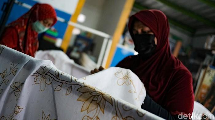 Sekelompok ibu-ibu di sudut Kota Tangerang mengisi waktu dengan membatik. Lewat batik tulis, mereka dapat berkreasi sekaligus penuhi kebutuhan hidup sehari-hari