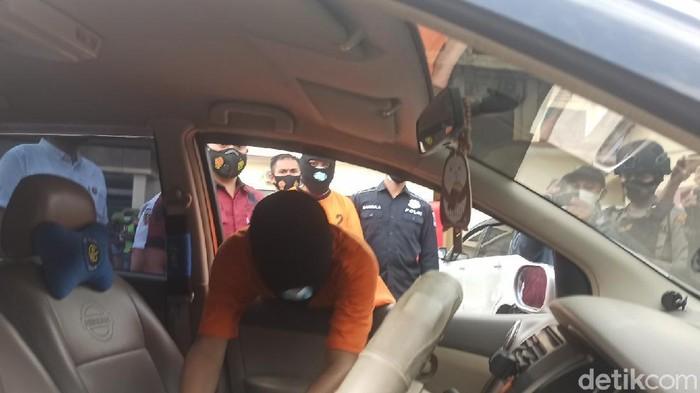 Salah satu tersangka maling pecah kaca mobil saat reka adegan di Mapolres Demak, Rabu (16/6/2021)