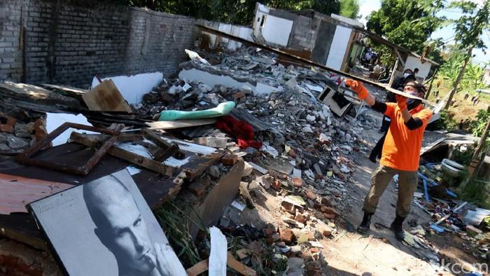 Sebanyak 131 rumah di bantaran Sungai Cidurian ditertibkan. Penertiban dilakukan sebagai bagian dari proses penataan bantaran sungai di kawasan Kota Bandung.