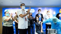 Sejumlah pekerja bidang Parekraf mendapat vaksin COVID-19. Vaksinisasi ini turut ditinjau oleh Menteri Pariwisata dan Ekonomi Kreatif Sandiaga Uno.