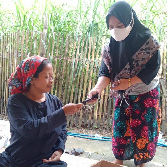 Banyak warga di beberapa desa di Bangkalan mengalami gangguan pada indera penciuman. Ada juga yang batuk, pilek hingga demam tinggi.