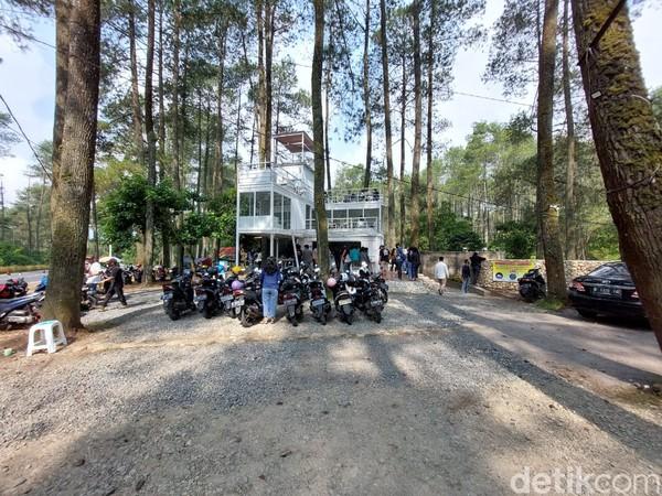 Inilah Warung Kopi Gunung, kedai kopi yang berada di kawasan hutan pinus.