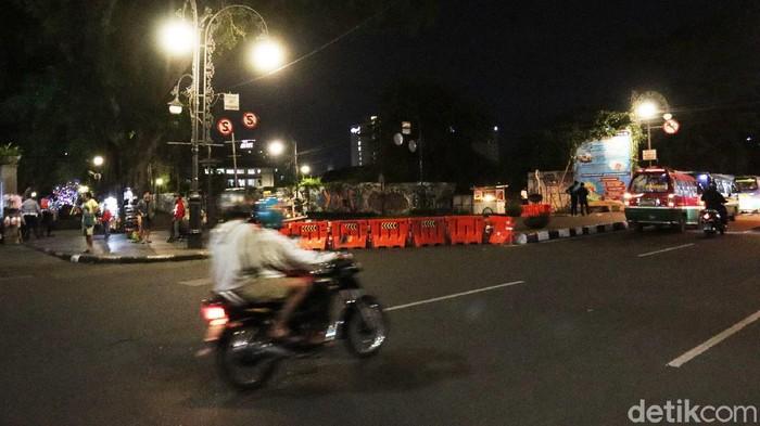 Demi menekan penyebaran angka kasus COVID-19 di Kota Bandung, Jawa Barat. 31 ruas jalan kembali ditutup, Kamis (17/6/2021) malam sekitar Pukul 18.00 WIB.