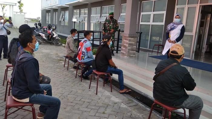 341 PMI/TKI asal Lamongan yang pulang kampung menjalani isolasi di Rusunawa Lamongan