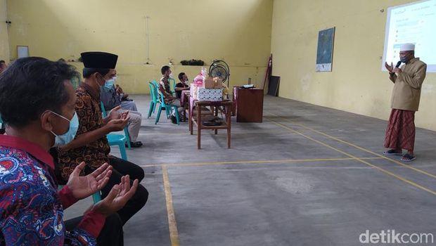 Acara lamaran di Desa Lungge, Temanggung, ini digelar secara virtual karena calon mempelai perempuan terpapar virus Corona, Kamis (17/6/2021).
