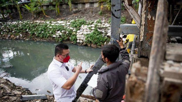 Anggota DPRD DKI Jakarta dari Fraksi PDIP, Hardiyanto Kenneth meninjau perbaikan jembatan bambu di Kebon Jeruk, Jakarta Barat.