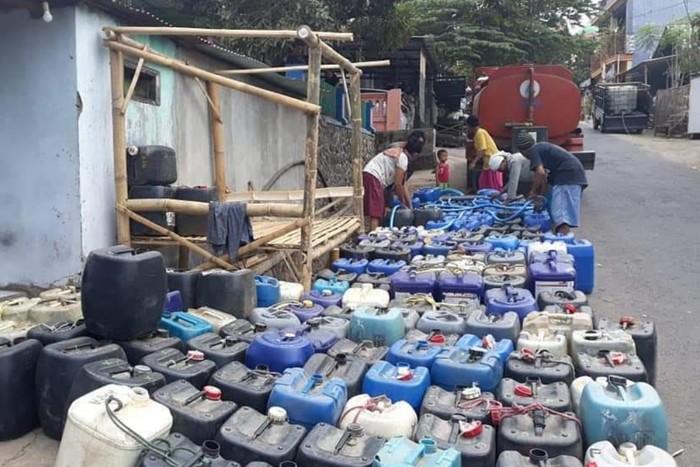 Antrean jerigen saat krisis air bersih di Kab Pasuruan