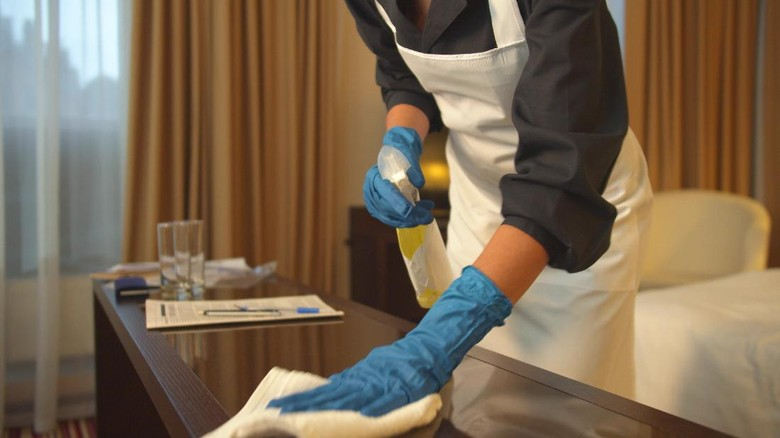 Ilustrasi bersih-bersih hotel