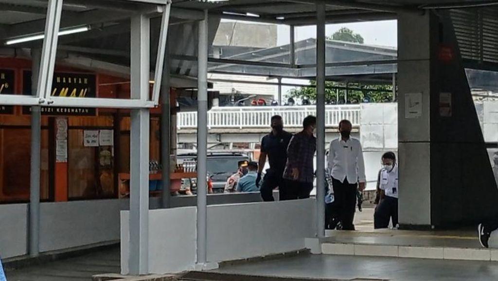 Jokowi Pantau Vaksinasi Pengguna KRL di Stasiun Bogor Bareng Menkes-RK