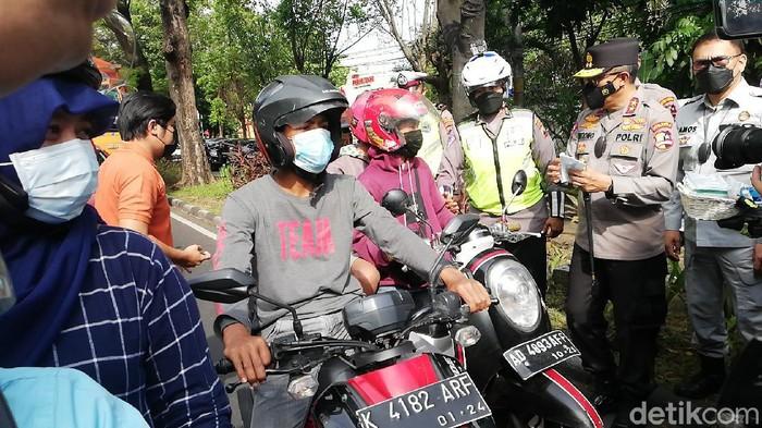 Kakorlantas Polri Irjen Istiono membagikan masker di depan Pos check point Faroka, Solo, Kamis (17/6/2021).