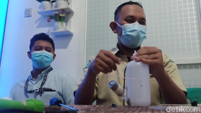 Karyawan RSI Banjarnegara, Basuki (baju cokelat), yang menciptakan alat cuci tangan tanpa sentuh, Kamis (17/6/2021).