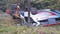 Bus Terbalik di Madiun, 12 Orang Luka-luka