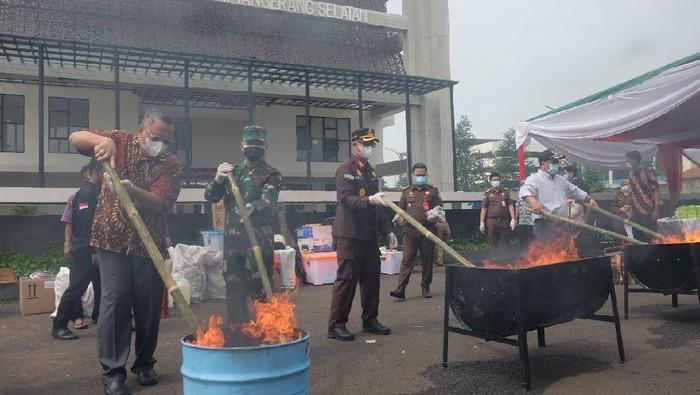 Kepala Kejaksaan Negeri Tangerang Selatan, Aliansyah musnahkan barang bukti dari 533 perkara