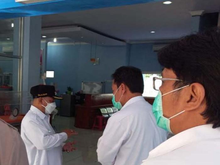 Ketua Satgas COVID-19 Situbondo atau Bupati Situbondo  Karna Suswandi pantau ruang ICU RSUD dr Abdoer Rahem