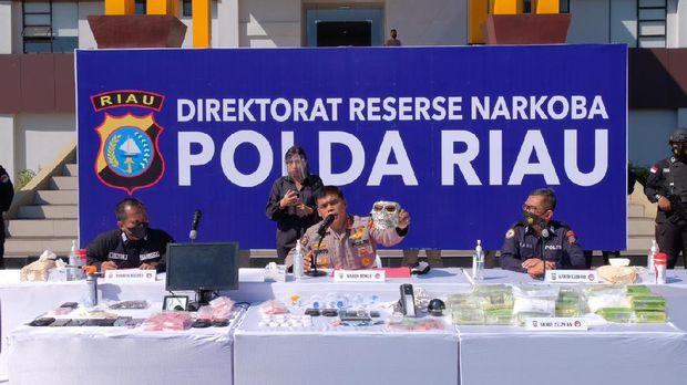 Konferensi pers Polda Riau terkait penggerebekan di Kampung Ambon di wilayah Pekanbaru (Raja Adil/detikcom)