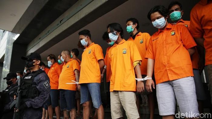Polda Metro Jaya terus melakukan pemberantasan pungli di Pelabuhan Tanjung Priok. Baru-baru ini, polisi mengungkap empat kelompok pelaku pungli.
