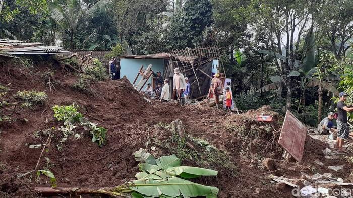 Longsor menimpa 3 rumah di Dusun Sadang, Desa Pakel, Kecamatan Licin, Banyuwangi. Bocah 11 tahun ditemukan tewas tertimbun material longsor.