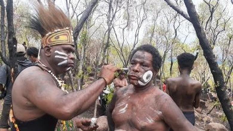 Mahasiswa ISBI Papua bersiap menari di Situs Megalitik Tutari
