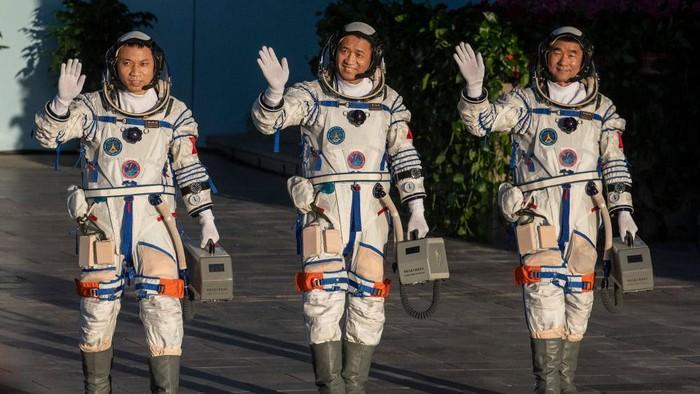 Tiga astronaut China yang akan menjadi awak pertama Stasiun Luar Angkasa Tiangong telah diluncurkan pada Kamis (17/6) pagi waktu setempat.