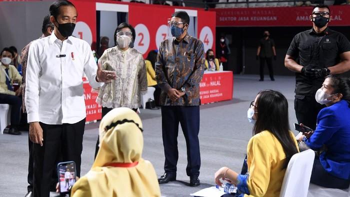 Presiden Republik Indonesia (RI) Joko Widodo menyapa dan berbincang bersama Karyawan PT Bank Central Asia Tbk (BCA) yang merupakan peserta vaksinasi massal untuk sektor jasa keuangan di seluruh Indonesia yang diinisiasi oleh Otoritas Jasa Keuangan (OJK) pada Rabu (16/06) di kawasan Tenis Indoor Senayan, Jakarta.